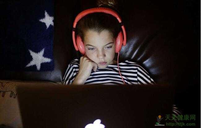"""法媒:警惕!孩子过度使用电子设备可能陷入""""自闭"""""""