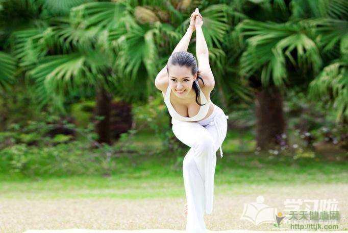 简单的瑜伽拉伸动作