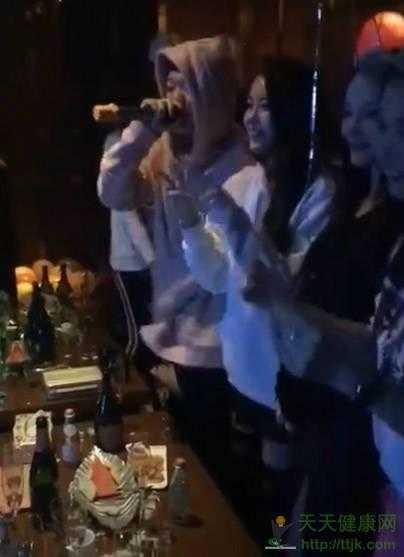 PG ONE曾和李小璐一起聚会?网友称是贾乃亮邀请的