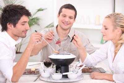 卫龙辣条火锅里吃出虫子尸体 客服表示:只是火锅…