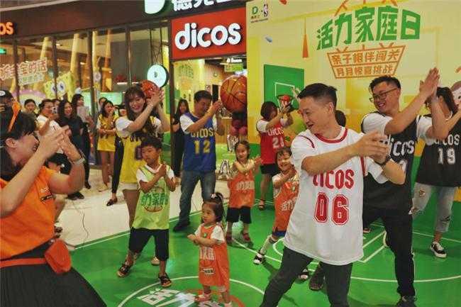 奥运冠军杨威与萌娃同台PK德克士活力家庭日欢乐…