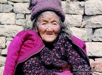112岁老太头发由白变黑 医生称因肾气足