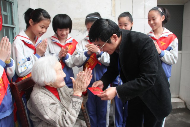 百岁教师没想过退休