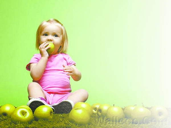 小贝喂女儿吃冰淇淋 给孩子选择零食注意种类