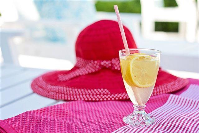 柠檬水的功效与作用是什么?隔夜的柠檬水还可以喝吗?